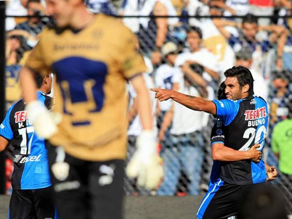 DE LEJOS EL MEJOR. Carlos Bueno celebra uno de goles de Querétaro, que fue superior a Pumas y lo goleó por 4-0. (Foto: Mexsport)