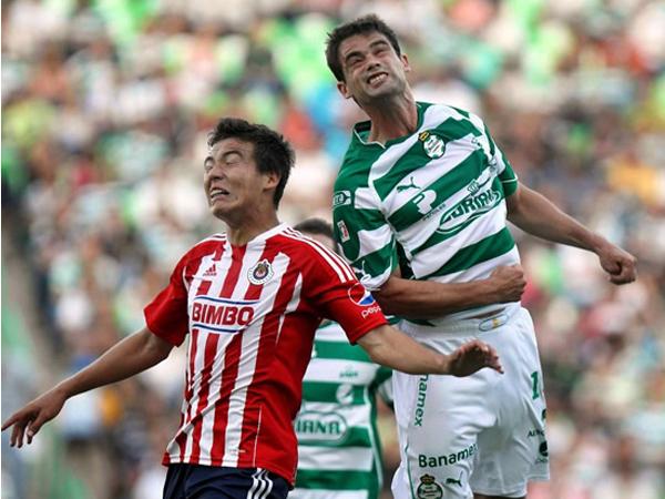 FUERON DIVIDIDOS. Santos y Chivas igualaron en el Corona en un encuentro que tuvo pocas emociones. Se esperaba más de ambos. (Foto: Mexsport)