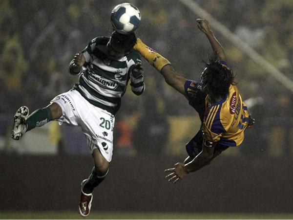 BUSCANDO CON TODO. Lucas Lobos en una acrobática jugada. Los Tigres lo buscaba desde el inicio. (Foto: Mexsport)