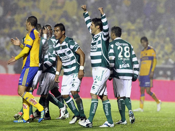 ESPERANZAS INTACTAS. Oribe Peralta anotaba para Santos que ganaba el encuentro y soñaba con el título. (Foto: Mexsport)