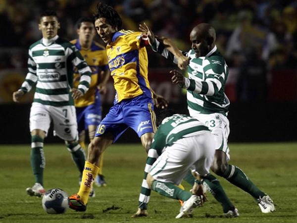 DESQUILIBRANTE. Lucas Lobos busca manejar el balón ante la marca de los jugadores de Santos. Los Tigres quería asegurar el título. (Foto: Mexsport)