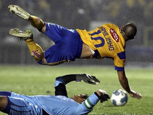 UN POCO MÁS DE MAL SABOR. Oswaldo Sánchez comete una dura falta y luego sería expulsado. Problemas para Santos. (Foto: Mexsport)