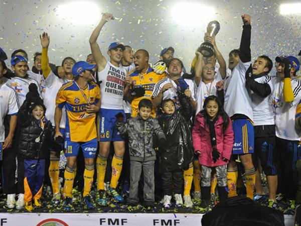 FELINOS GRANDES. LOs Tigres celebran el campeonato con la copa en mano. Merecido título para el conjunto felino. (Foto: Mexsport)