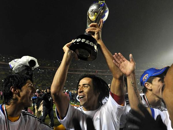 MERECIDO. Lucas Lobos es uno de los primeros en alzar la copa del campeón. El jugador argentino fue uno de lo mejores en el elenco felino. (Foto: Mexsport)