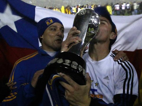 UNO DE LOS PESADOS. Hector Mancilla besa la copa ganada por Los Tigres. La bandera chilena se presenta por detrás del delantero. (Foto: Mexsport)