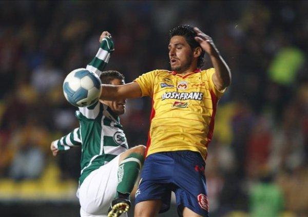 TODO BAJO CONTROL. Pese a los continuos ataques del Querétalo, el bloque defensivo de Tigre respondió a la altura. (Foto: EFE)