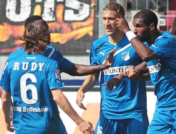QUIEREN SUMAR. Hoffenheim logró una importante victoria como visitante al derrotar al  Augsburgo. Con este resultado, el cuadro azul escaló hasta la séptima ubicación (Foto: bundesliga.de)