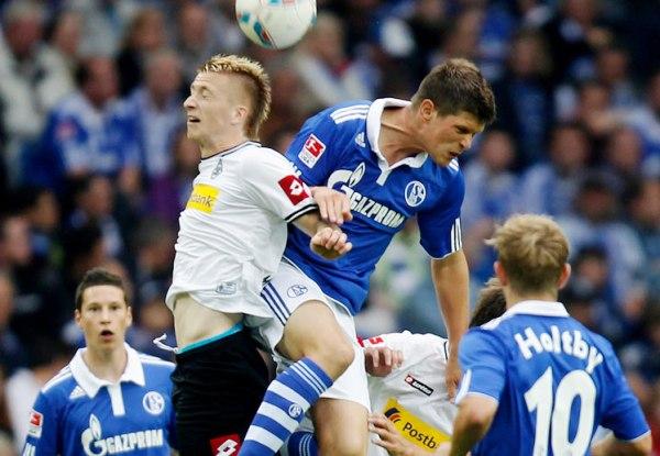 REYES AZULES. En un reñido cotejo, el Schalke 04 de Farfán se impuso por la mínima al Borussia M'gladbach y trepó hasta el segundo lugar. (Foto: Bundesliga.de)