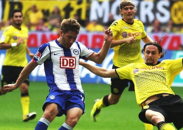 LE PUSIERON UN GRAN MURO. El vigente campeón, Borussia Dortmund, no pudo en casa con Herta de Berlín y cayó por 1-2. (Foto: bundesliga.de)