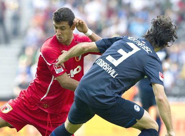 UN PEQUEÑO GRAN PROBLEMA. El Hertha de Berlín no pudo en condición de local ante el modesto Augsburg e igualó 2-2. (Foto: bundesliga.de)