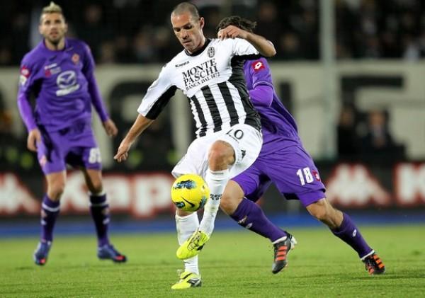 PARA NINGUNA DE LOS DOS. La Fiorentina de Juan Vargas solo pudo conseguir un empate sin goles ante el Siena. (Foto: AFP)