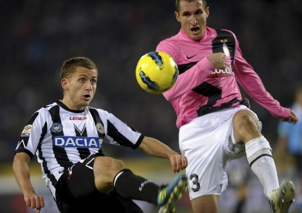 PUNTOS QUE NO SUMAN. Udinese y Juventus igualaron sin goles y beneficiaron al Milan.  (Foto: AFP)