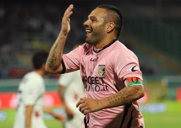 LA VIDA ES ROSA. Liderados por el inacabable  Fabrizio Miccoli, Palermo dio cuenta del Cagliari, tras derrotarlo 3-0. (Foto: AFP )