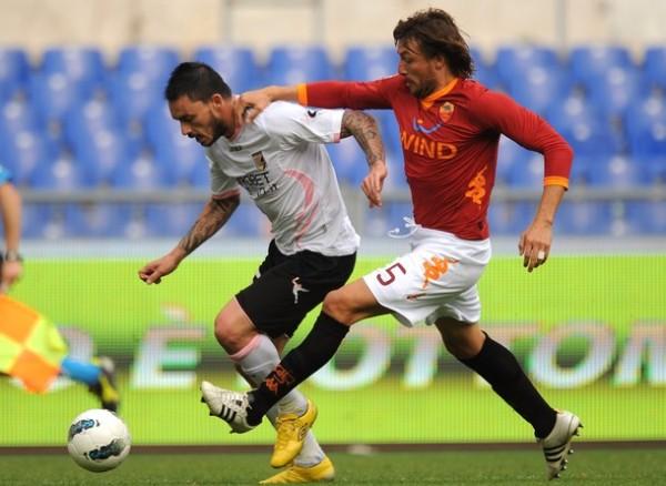 LOS ATRAPÓ. La Roma logró vencer como local al Palermo tras imponerse por 1-0 logrando su tercer triunfo en el certamen. (Foto: AFP)