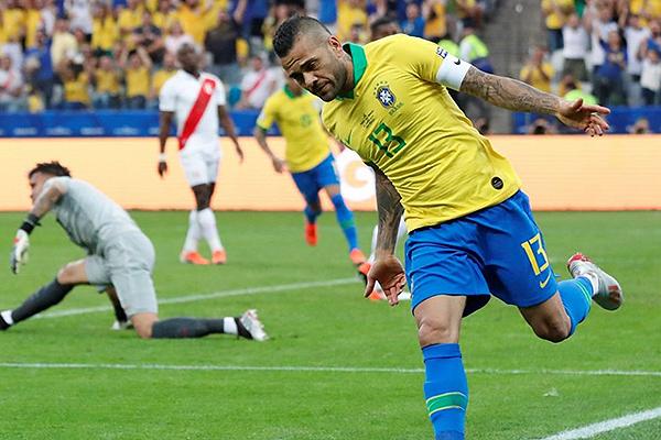 Dani Alves vence la resistencia de Gallese. ¿Se repetirá? (Foto: AFP)