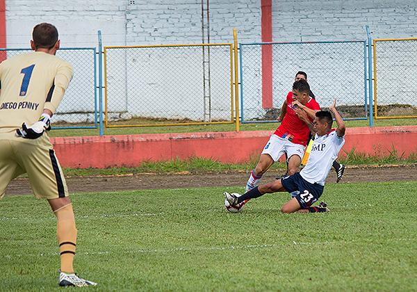 Diego Penny espera el disparo el Leandro Ciccolini. El arquero de la San Martín después pasaría la amargura de la roja. (Foto: Emilio Ruiz / DeChalaca.com)