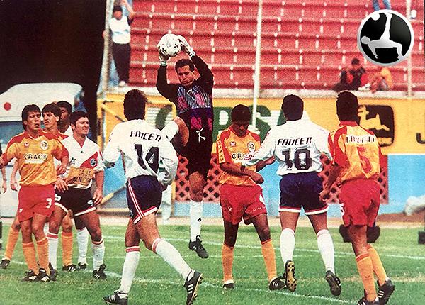 Mario Sciacqua con camiseta de Municipal en un partido ante San Agustín. (Recorte: revista Estadio)