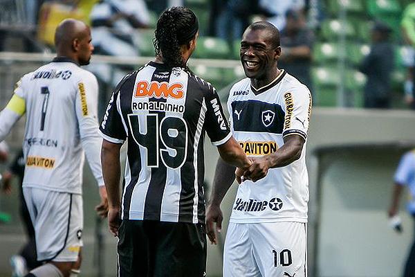 Ronaldinho saluda a Seedorf, quien viste la camiseta de Botafogo. (Foto: AFP)