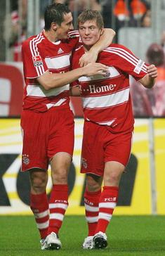 El día de su debut en la Bundesliga, Kroos celebró dos veces con Miroslav Klose (Foto: toni-kroos.de.vu)
