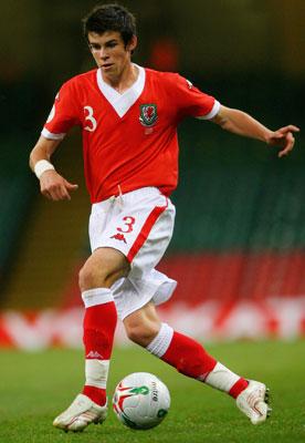 Con menos de 17 años, se convirtió en el jugador más joven en vestir la camiseta roja de los 'dragones' galeses (Foto: virginmedia.com)