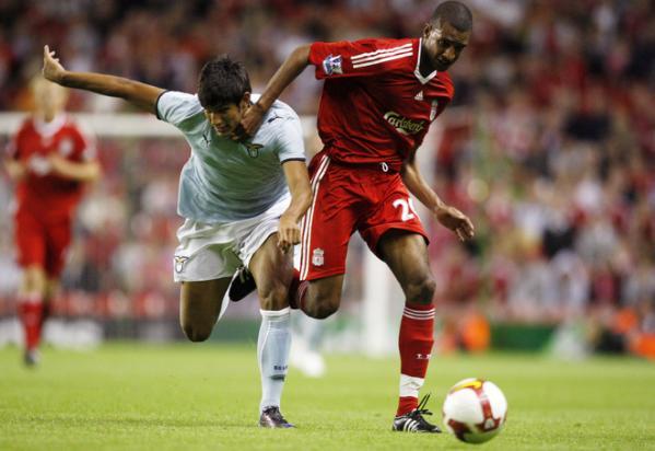 Con su nueva camiseta, la del Liverpool, en un amistoso ante la Lazio (Foto: eurosport.yahoo.com)