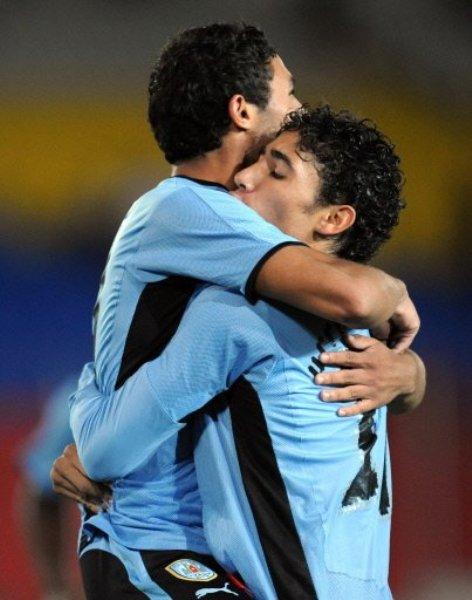 En el abrazo con Jhonatan Urretaviscaya luego de anotarle a Chile en la primera fase del Sudamericano Sub-20 (Foto: Eurosport)