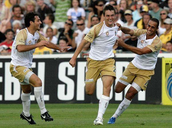 Celebrando un tanto con los Newcastle Jets, a los que dejó para marcharse al AZ Alkmaar (Foto: abc.net.au)