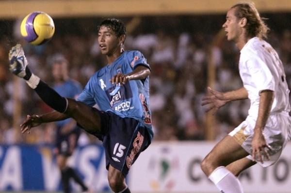 Ensayando una media chalaca en la Copa Libertadores con chompa del Blooming (Foto: daylife.com)
