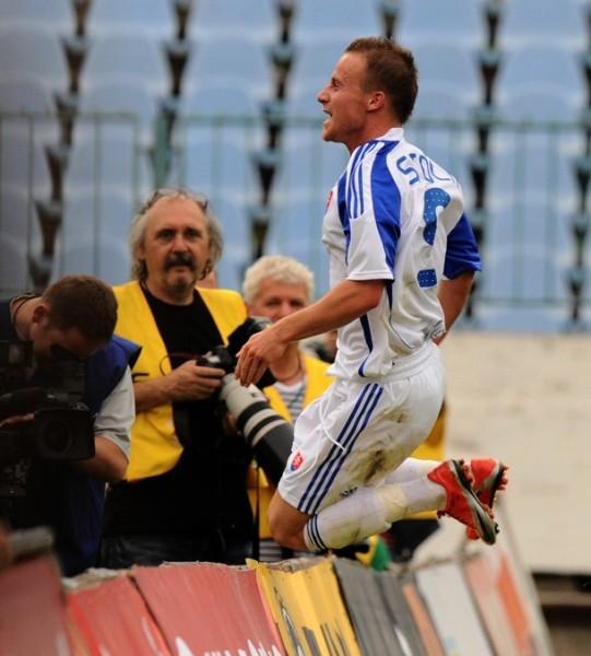 Celebrando su gol ante San Marino, el primero con chompa eslovaca (Foto: AFP)