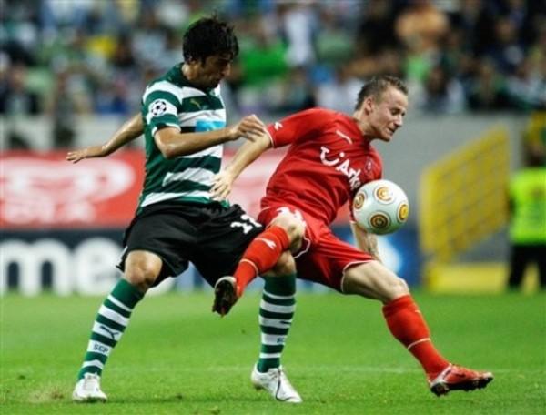 Con las sedas del Twente, su nuevo club, ante el Sporting de Lisboa en la ronda previa de Champions (Foto: AP)