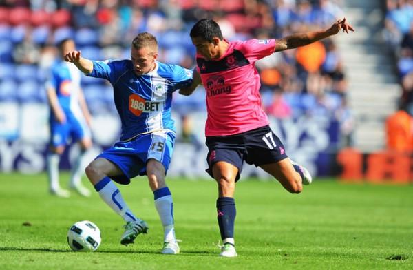 En su paso por el Wigan Athletic, tuvo la oportunidad de debutar en la Premier League inglesa. Acá, celebra uno de sus goles en la temporada 2010-2011 (Foto: zimbio.com)