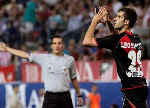 El árbitro señalando el gol y Leo celebrando es algo que parece se mantendrá hasta hacerse costumbre en el Rayo Vallecano (Foto: EFE)