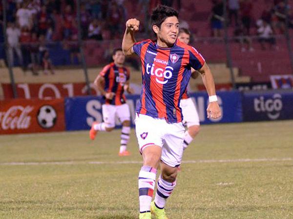 Sergio Díaz celebrando uno de los ocho tantos que anotó para Cerro Porteño, el equipo de sus amores, en un temporada (Foto: diario ABC de Paraguay)