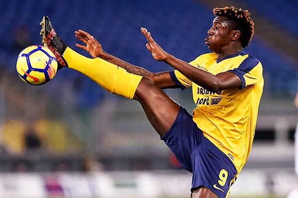 Kean con las sedas del Hellas Verona. (Foto: AFP)