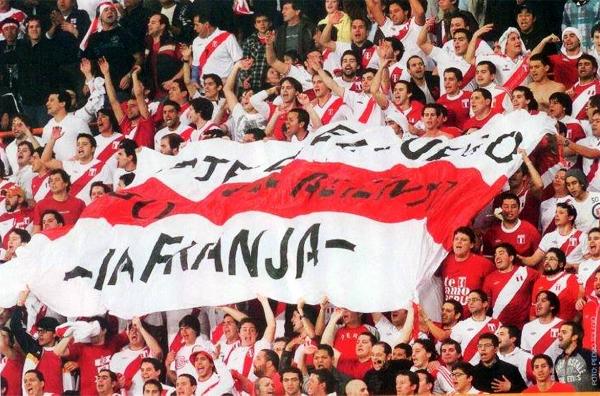 La Franja en pleno aliento a la selección peruana en uno de sus encuentros durante las Eliminatorias (Foto: Facebook)