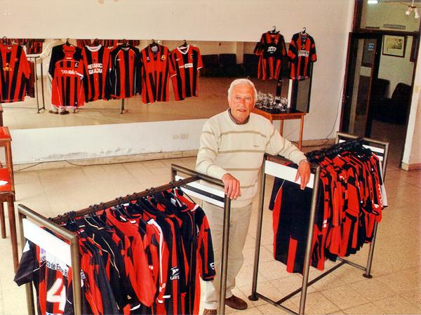 La colección de camisetas de Fidel Voglino, todas con los característicos colores de su club, el San Lorenzo de Mar del Plata (Foto: cortesía Fidel Voglino)