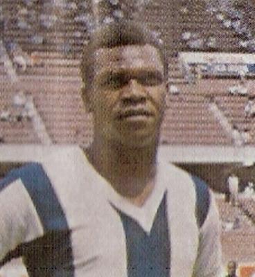 'Perico' León, un delantero de kilates que destacó en la selección peruana y en Alianza Lima (Recorte: álbum Ídolos 1969, Importadores Peruanos)