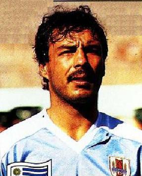 Daniel 'Zorro' Revelez es uno de los últimos ururguayos que ganó la Copa Libertadores defendiendo a un club de su país. También jugó en el Mundial de 1990 (Foto: solofutbol.cl)