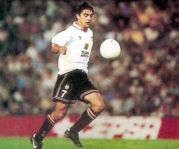 Claudio López, mejor conocido como el 'Piojo', cuando brillaba en la liga de las estrellas con el Valencia (Foto: revista Don Balón)