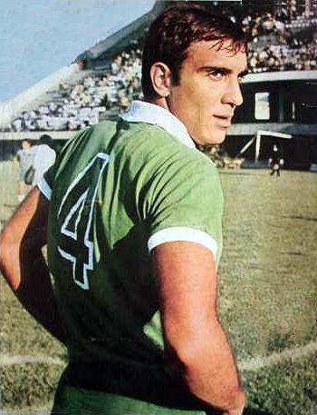Llevaba el '4' en Ferro Carril Oeste, pero la capacidad de Rocchia para anotar goles lo llevaron a ser uno de los defensas más importantes del fútbol argentino (Recorte: revista Goles)