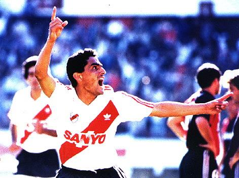 Campeón en varias ocasiones del fútbol argentino, a Hernán Díaz se lo tenía como un líder en el campo durante su estancia en Central, River o Colón (Foto: revista El Gráfico)