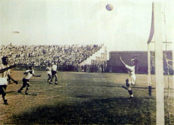 Una escena del partido que en 1941 disputaron una selección de Perú ante una selección del Atlántico en el entonces estadio Municipal (Foto: Museo Histórico estadio Romelio Martínez)