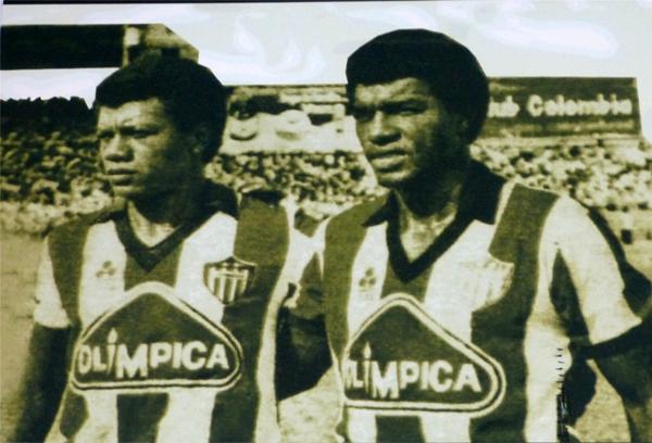Didí Álex Valderrama y Julio César Uribe, cuando jugando por Junior en 1986 desplegaron sus dotes futbolísticas en el antiguo estadio barranquillero (Foto: Foto: Museo Histórico estadio Romelio Martínez)