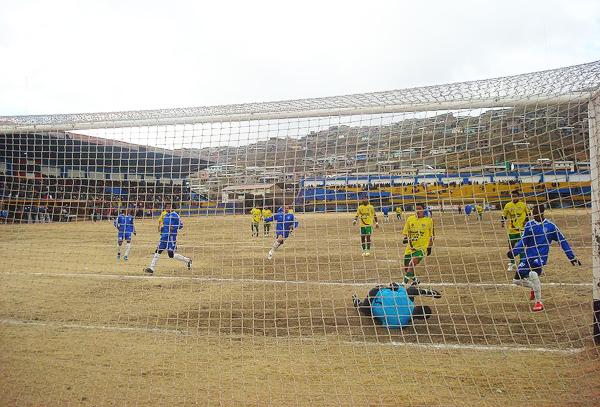 Hoy, el estadio de Patarcocha no cuenta con césped. Más allá de eso, en 1986, con algunos brotes verdes, Unión Minas hizo historia en este escenario. (Foto: Pasco al Día)