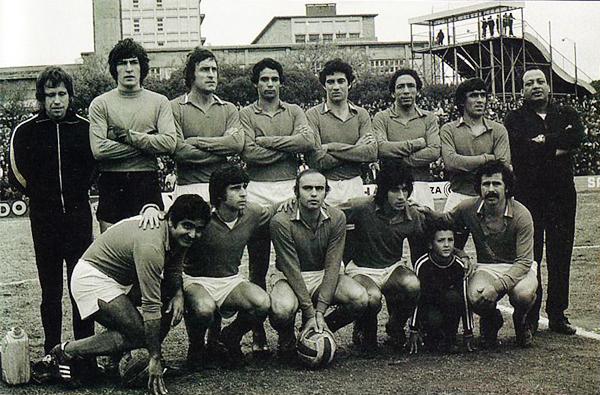 Equipo del Defensor Sporting que en 1976 salió campeón uruguayo con Ricardo Ortiz, el cuarto de los jugadores de a pie, y Luis Cubilla, el primero de los hincados (Foto: footballjourney.com)