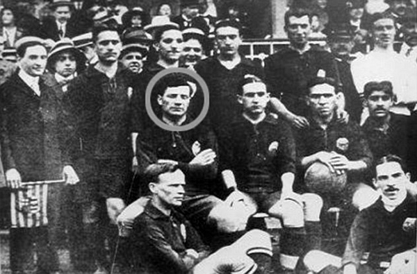 Una imagen del Jack Greenwell futbolista, en el Crook Town, con su rostro encerrado en un círculo (Foto: dailymail.co.uk)