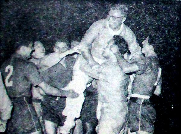 Luis Tirado en hombros por sus dirigidos. El DT chileno fue un innovador y dejó huella en su paso por Sporting Cristal. (Recorte: diario La Crónica)
