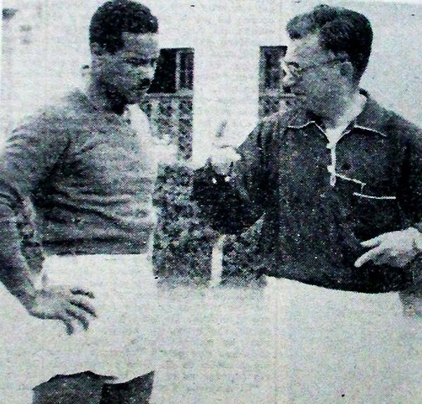 Luis Tirado conversa con Rafael Asca, arquero que era uno de los referentes en el primer título de Sporting Cristal, en 1956. (Recorte: diario La Crónica)