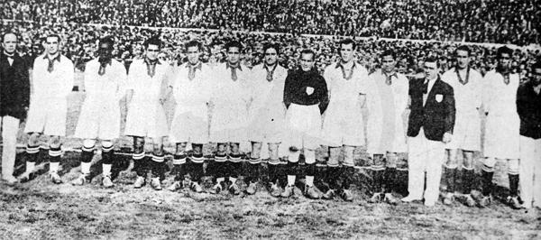 La selección peruana antes del partido ante Uruguay con el que se despidió del Mundial de 1930 al mando de 'Paco' Bru (Recorte: diario La Crónica)