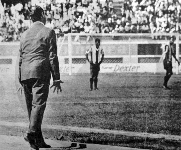Hugo Bagnulo en el campo, dirigiendo un partido de Alianza con toda la pasión que lo caracterizaba (Recorte: diario La Crónica)